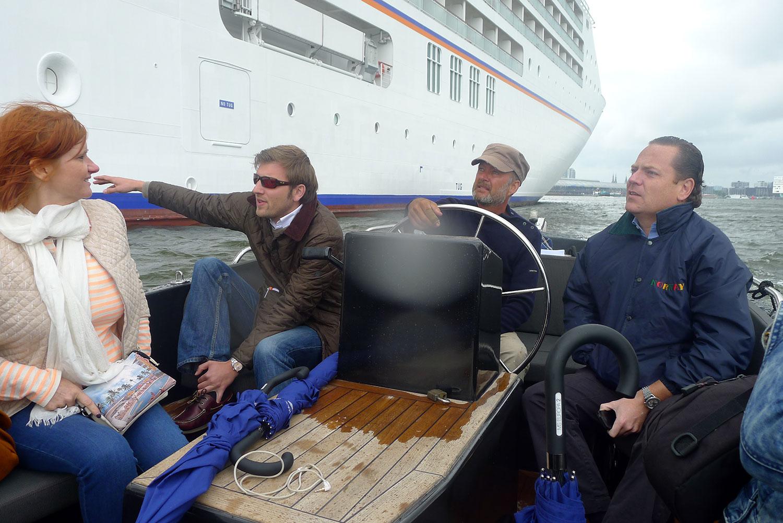 Vi kollar inspekterar vårt fartyg på nära håll.