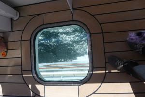 I golvet på bryggvingarna finns som titthål som gör att kapten har full koll när fartyget lägger till vid kaj.