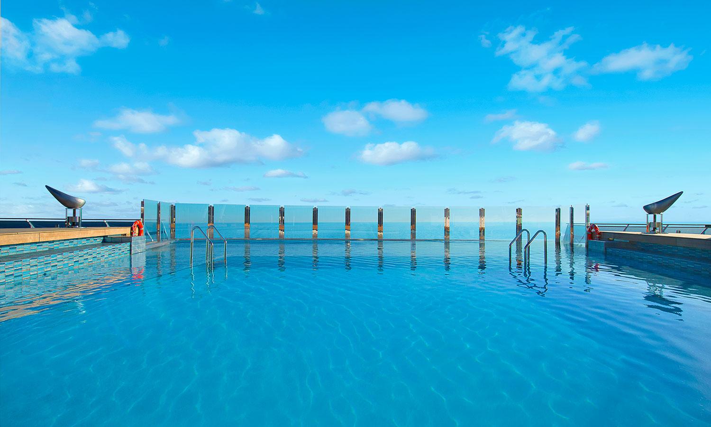 En skön dag vid poolen kan locka mer än ytterligare en ny stad. Bild från MSC Divina.