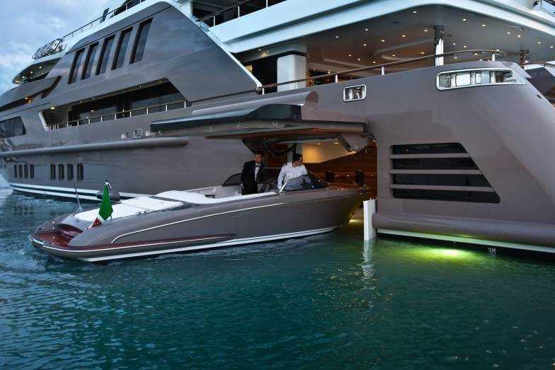 Ett fartyg som hämtat ur en James Bond-film. Foto: CRN