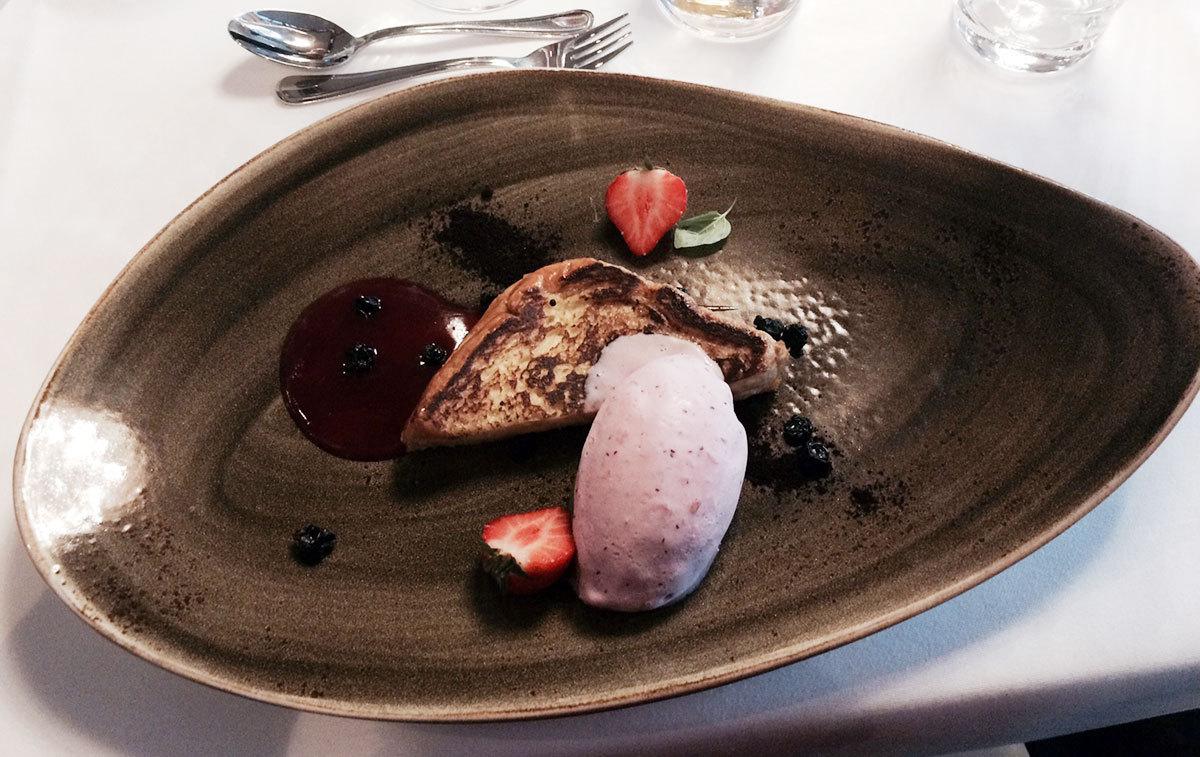 Dessert: Blåbärsriddare med lingonglass.