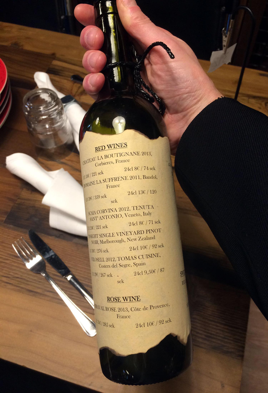 Kul detalj i Plate Social Dining: vinlistan är klistrad på en vinflaska och menyn på grytlock.