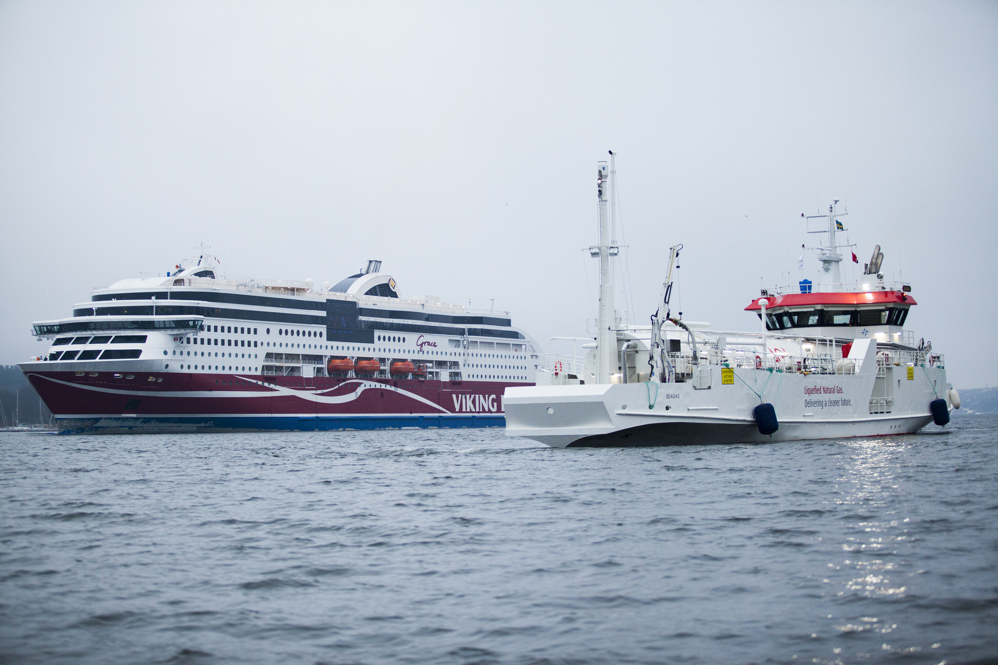 Viking Grace nytankad med gas i Stockholm.