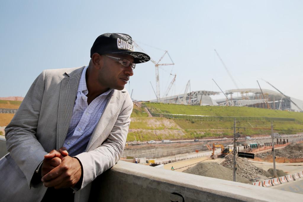 Alex Minduin, talesperson för supporterorganisationen Gavioes da Fiel, tittar ut över bygget av arenan i Itaquera - en gråsmutsig stadsdel i Sao Paulo. Foto: Magnus Wennman