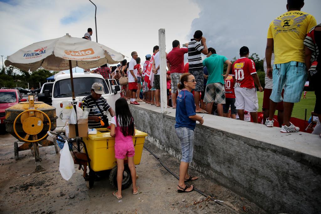 Matchen beskådas av cirka 400 personer. Familjer med kylväskor. Burköl och glass.