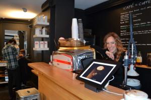 Svenskan Julia Olofsson, som driver Blade i Soho, i deras kaffebar.
