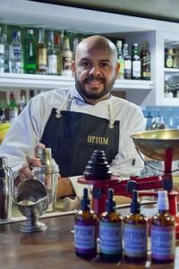 "Dre Masso, chefsbartendern, vid Opiums ""Bartender's Table""."