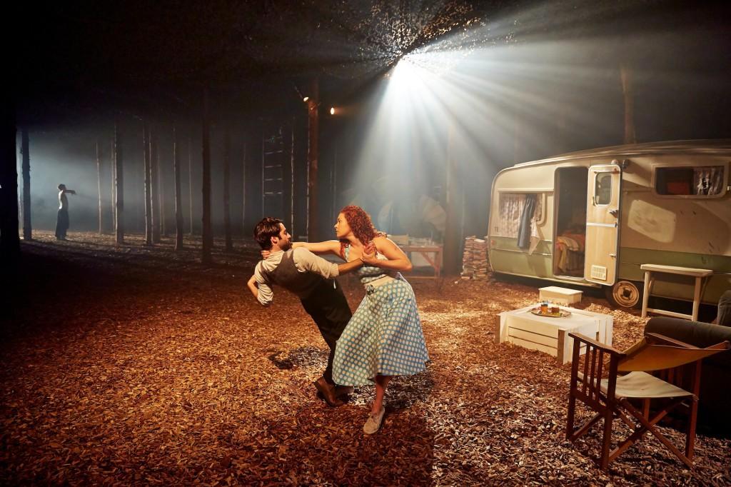 En dramatisk scen mitt i en husvagnspark i skogen.