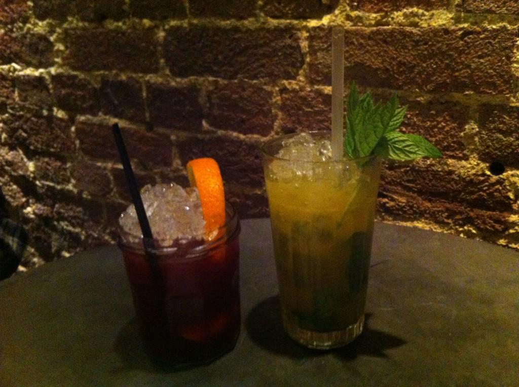 Deras klassiska cocktail Silver Julep (t h) måste provas.