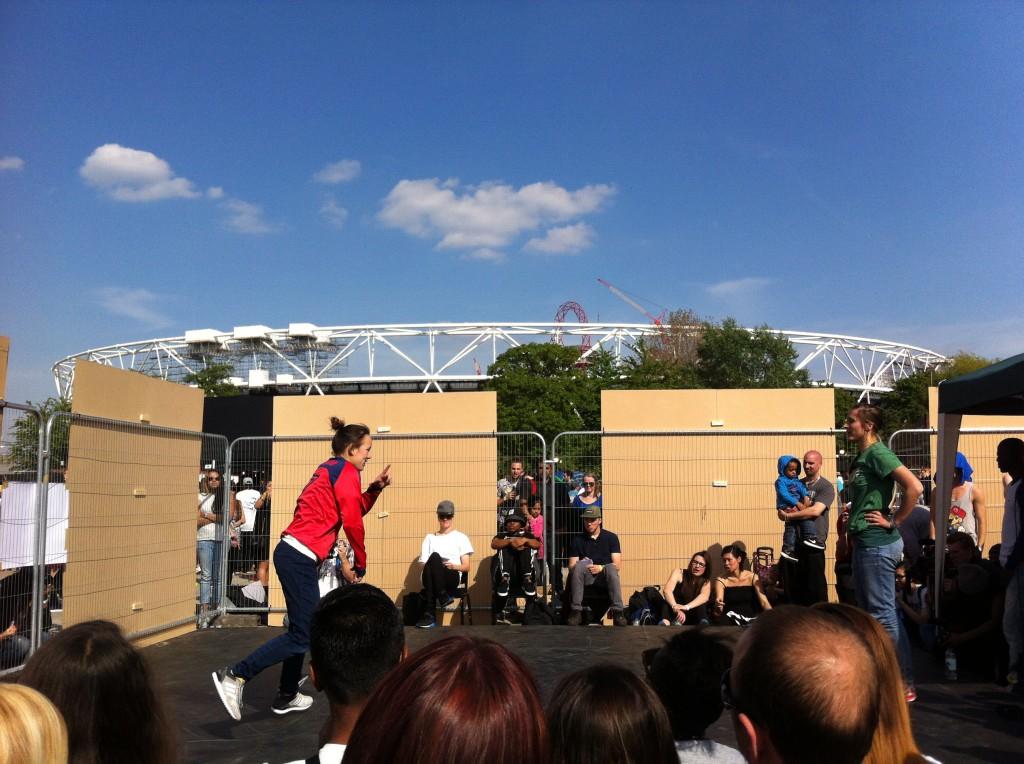 Breakdancebattle med OS-arenan i bakgrunden.