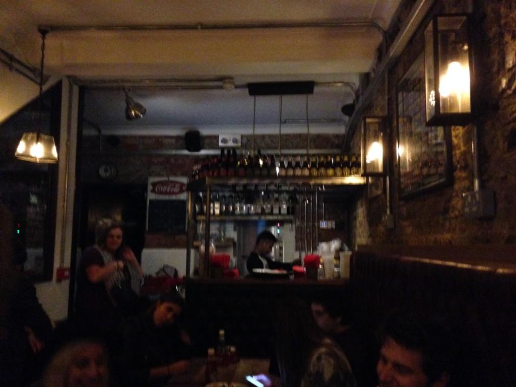 Musik och bra tryck bland Londonbor som äter nattamat - eller fortsätter festen.