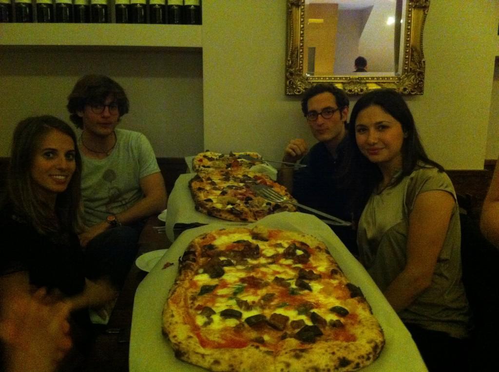 Mina glada vänner innan de hugger in i någon meter pizza.