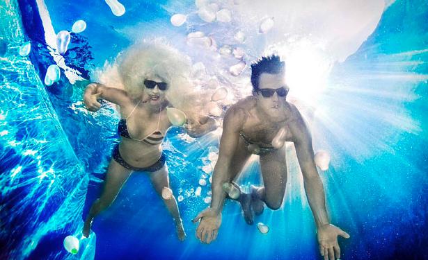 You Me Bum Bum Train-skaparna Kate Bond och Morgan Lloyd illustrerar hur man i deras show ständigt kastar sig i djupare vatten. Foto: Kozyndan