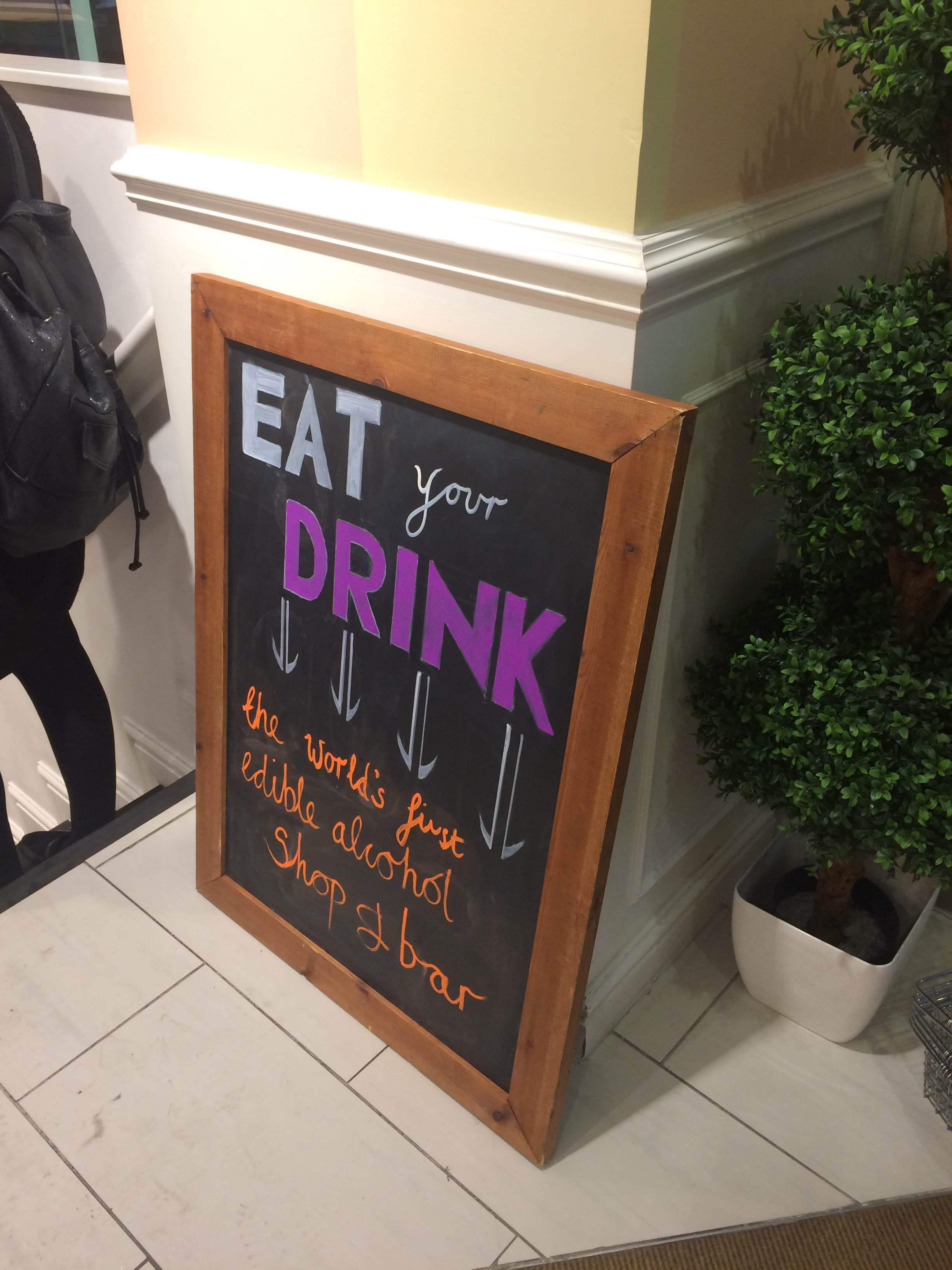 Enligt arrangörerna så är det världens första bar med ätbar alkohol.