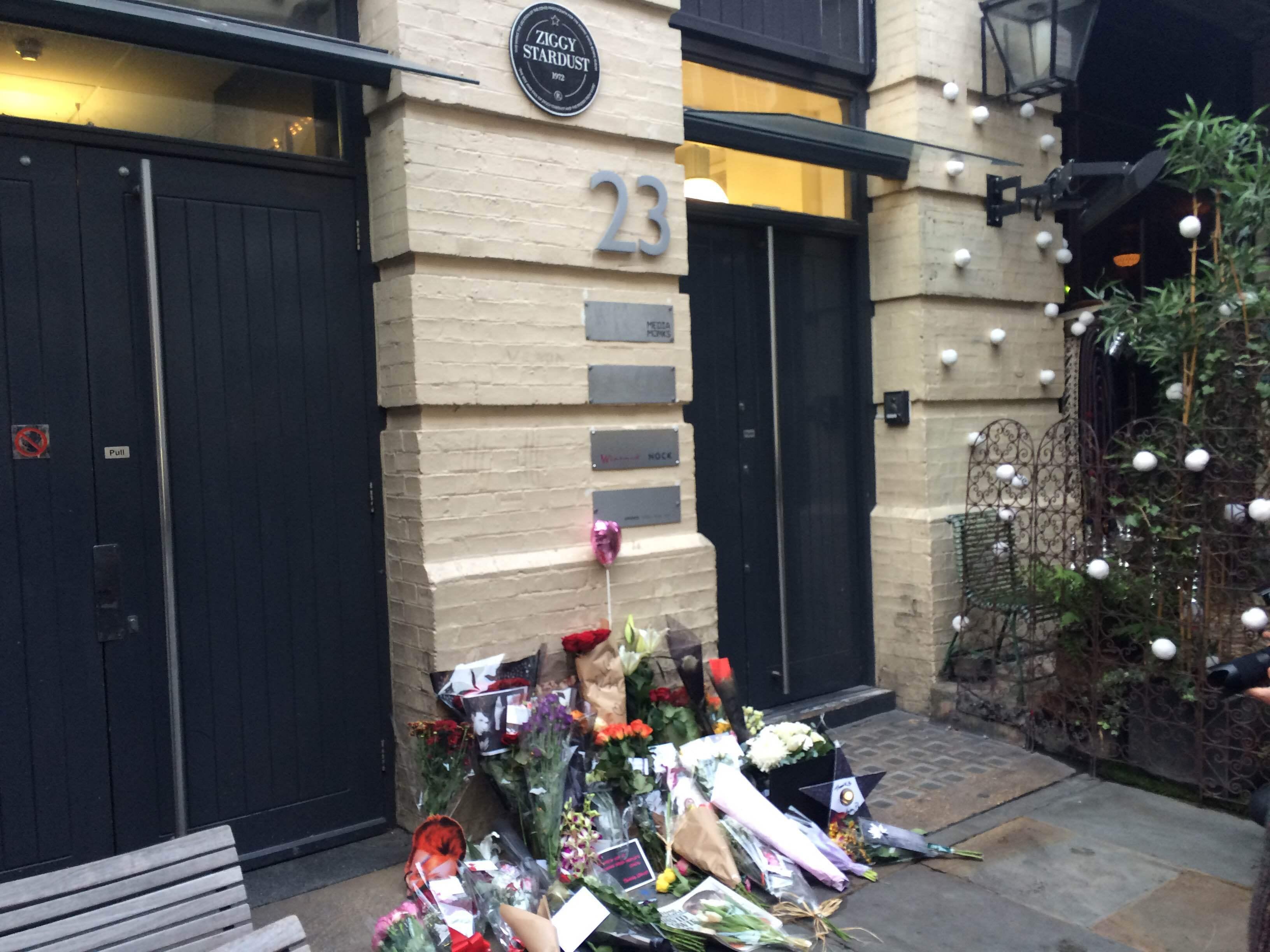 """Fans samlades under hela måndagen för att hylla David Bowie vid dörren som han poserat utanför på skivomslaget till """"Ziggy Stardust""""."""