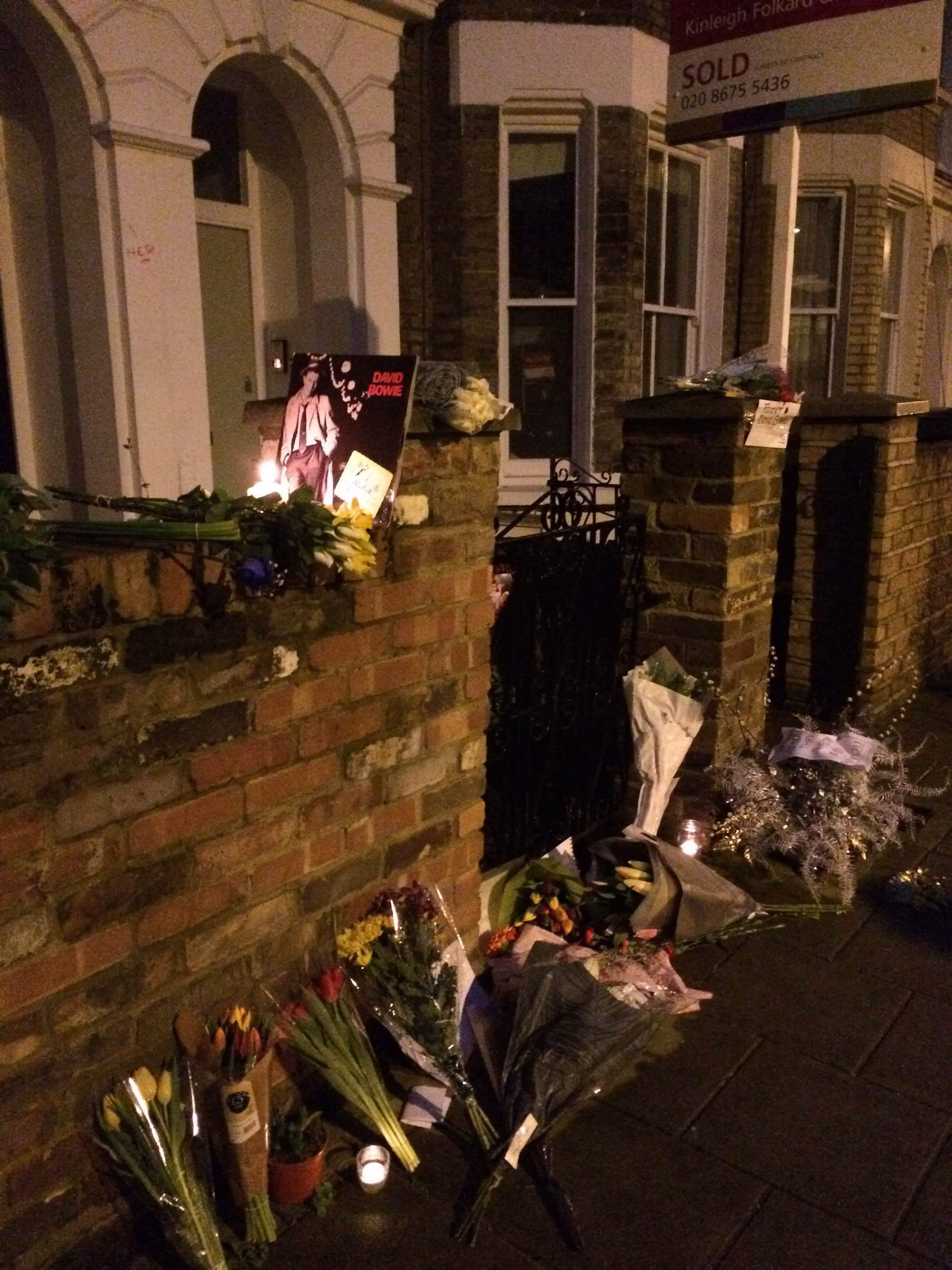 Hyllningar till Bowie utanför hans första hem, ett stenkast från Brixton Academy.