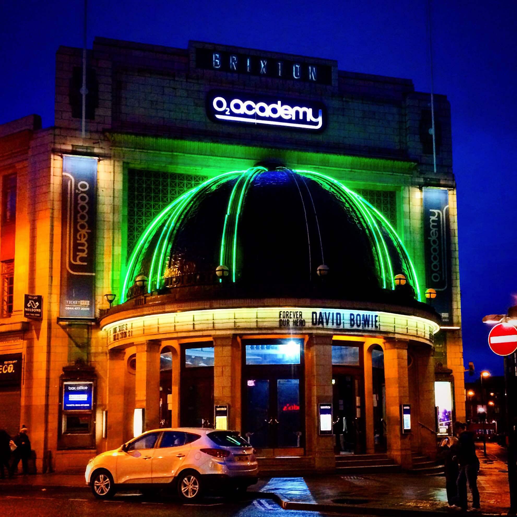 "Klassiska konsertlokalen O2 Academy i Brixton hyllade Bowie med texten ""Forever our hero""."