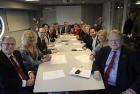 Här är Elvy Söderström och övriga deltagare i det verkställande utskottet. Foto: Urban Andersson
