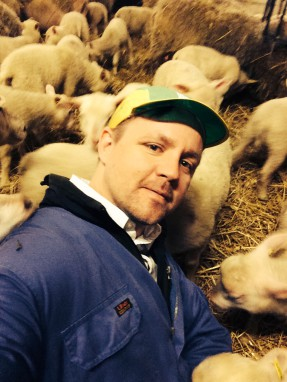 Fredrick Federley har till exempel fått döpa ett lamm under dagen. - Jag kan tänka mig att äta det, absolut.