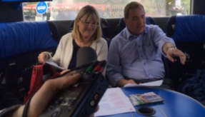 Marita Ulvskog och Stefan Löfven i kampanjbussen. FOTO: Anette Holmqvist
