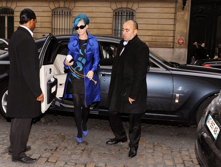 Katy Perry visar på trafiksäkerhetstänk