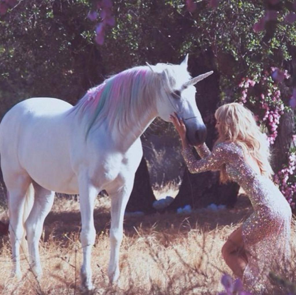 Paris Hilton tar gärna fram sin enhörning