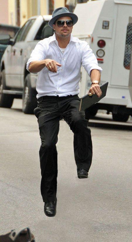Brad Pitt sportar ALLTID sköna brallan-looken när han tar sin osynliga cykel på en tur