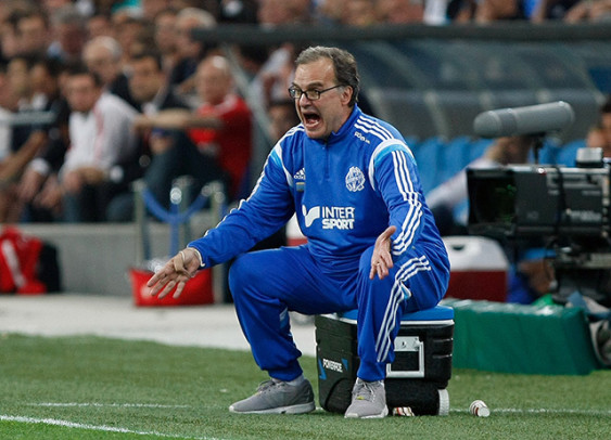 ap foto : claude paris : marseille's coach marcelo bielsa of argentina shouts instructions at his players during a league one soccer match between marseille and monaco at the velodrome stadium, in marseille, southern france, sunday, may 10, 2015. (ap photo/claude paris) marcelo biels marseille soccer league on automatarkiverad