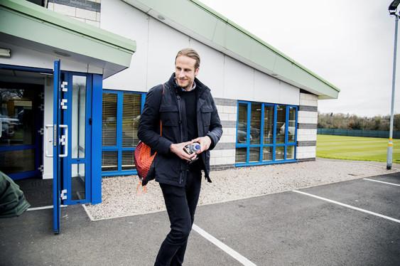 Jonas Olsson på väg ut från träningsanläggningen i Walsall. Oftast åker han hemifrån London vid halv nio-tiden på morgonen och är hemma vid 16-tiden. Foto: Carolina Byrmo