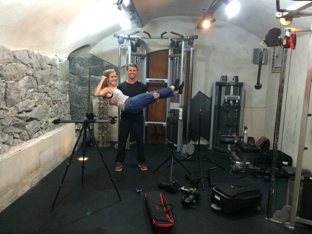 Jag och fotograf Anna Tärnhuvud under inspelningen av filmen om bicepsträning på gymmet Linnégatan 7.