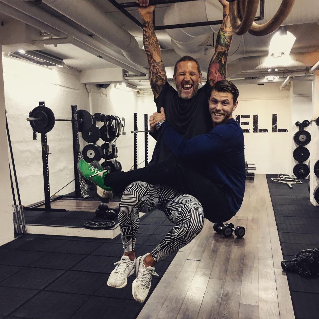 Vem sa att träning behöver vara tråkigt? Chins med vikt tränar både armarna, ryggen och smilgroparna om de utförs på detta sätt.