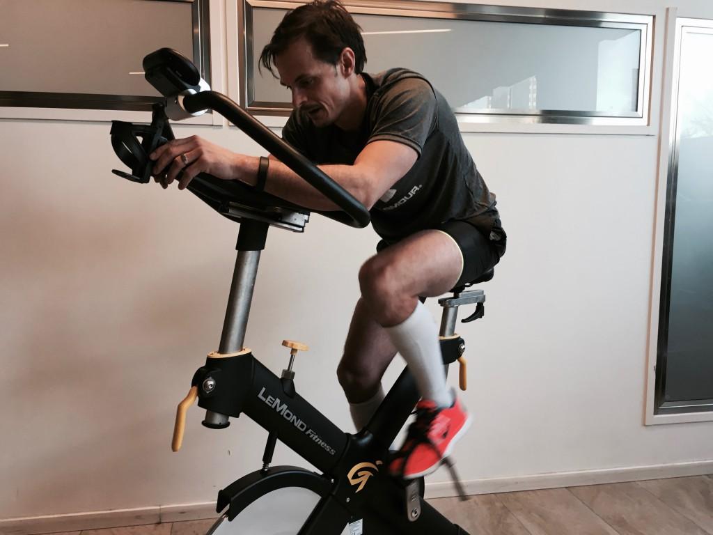 """Peter in action i en av hans förbrännande """"nyckelövningar"""" - cykelintervaller."""