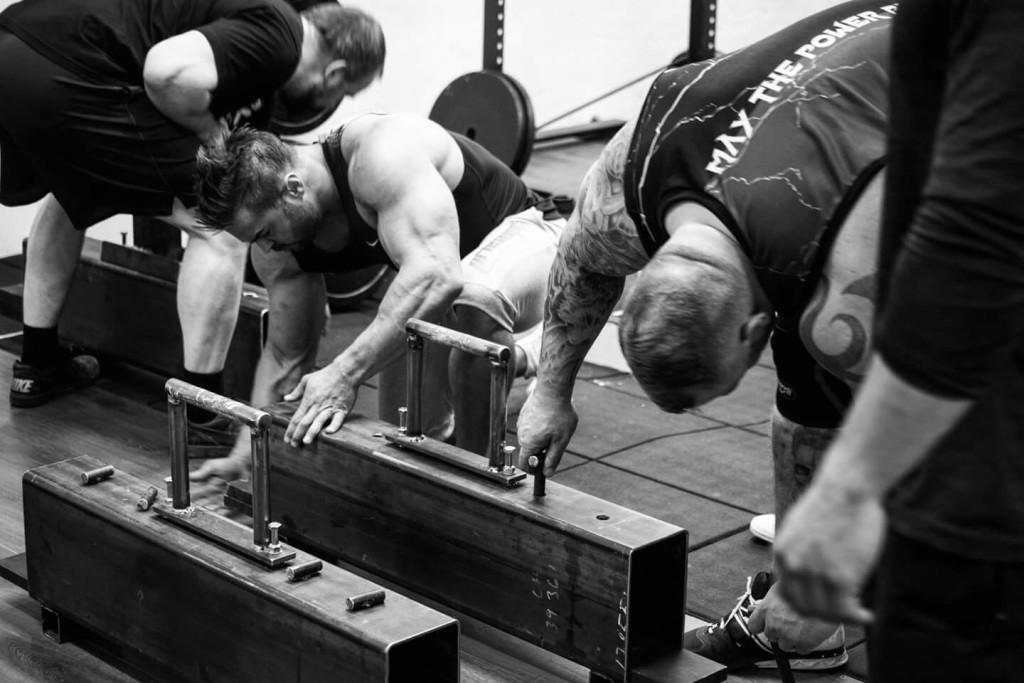 Om du är nyfiken på Strongman-träning, använd fantasin och använd utrustningen som redan finns på ditt befintliga gym.