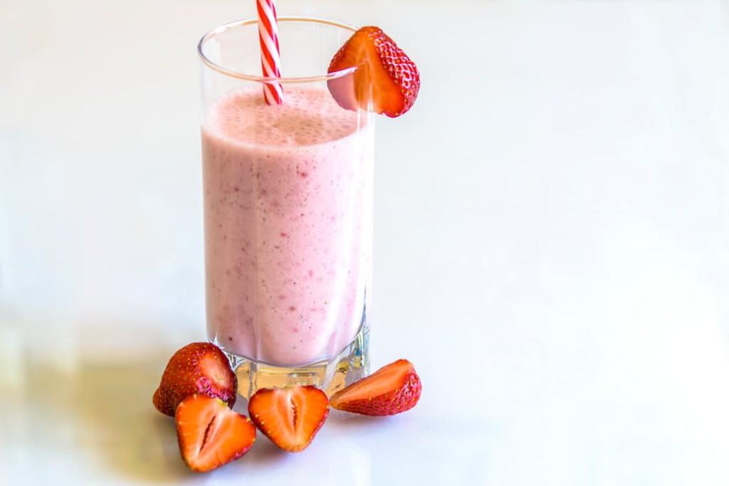 Använd frusna hallon eller jordgubbar som smaksättning i denna läckra mellanmåls-smoothie.