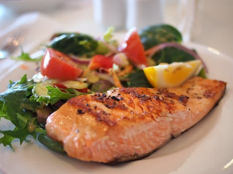 Basera din kost kring bra proteinkällor, nyttiga fetter och massvis med grönsaker.