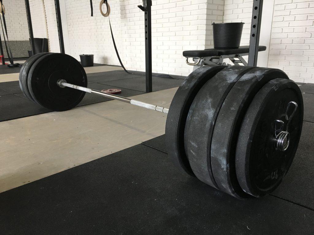 Fokusera dina träningspass vid låga repetitionsantal och höga belastningsnivåer om din målsättning består av maximal styrkeökning.