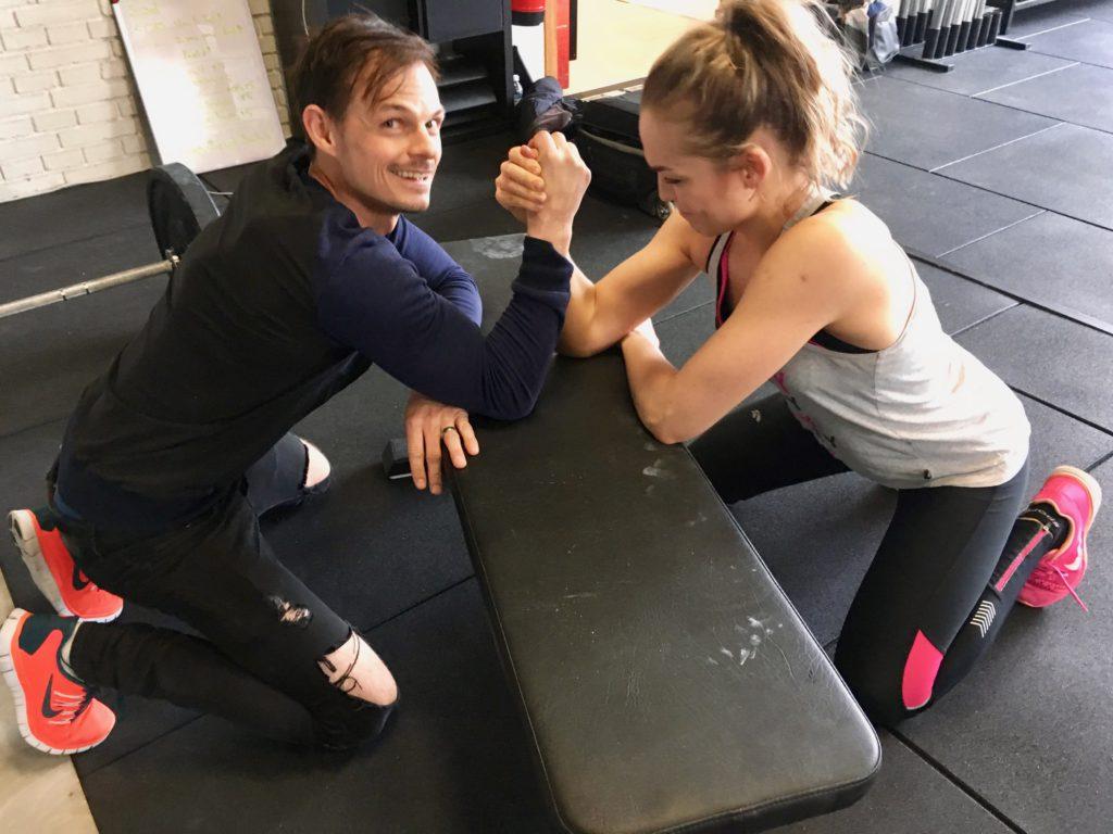 Fotograf Peter Wixtröm utmanar Stina Dahlgren i regelrätt armbrytning under hennes första träningsdag.