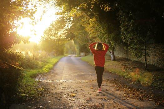 Variera, eller uppgradera, dina lågintensiva promenader mot mer högintensiva träningssessioner för maximerade resultat.