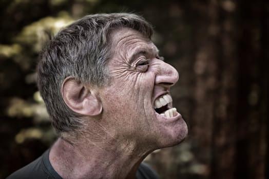 Ett klassiskt ansiktsuttryck för någon som försöker sätta sig ned dagen efter några set tunga knäböj.