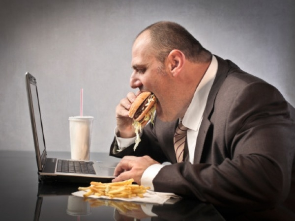 """""""Jag äter lunch vid datorn för att spara lite tid idag"""". Grattis - du brände just dagens enda vettiga chans att komma upp och röra på dig. Bild lånad av: Indiatimes.com"""