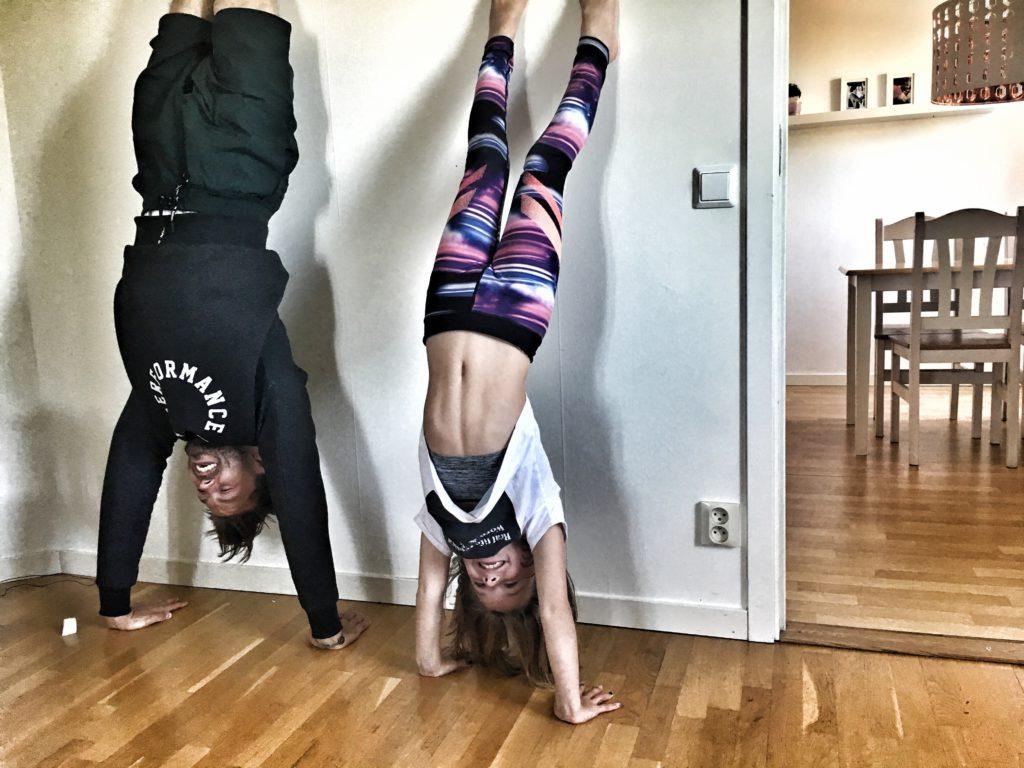 """""""Jag hinner inte träna idag för jag måste hämta barnen"""". Mmm, vet du hur roligt det är att träna handstand pushups med sin dotter? #goals"""
