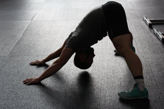Skippa yogan innan tyngdlyftningen om du önskar mer explosiva styrkerekryteringar.