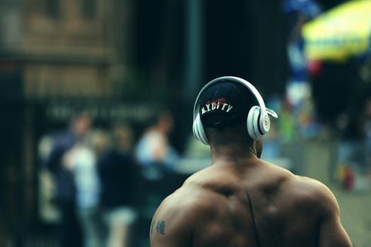 Bra musik kan utgöra genvägen mot en bra ryggtavla. Åtminstone om en ska tro forskarna vid McGill University.