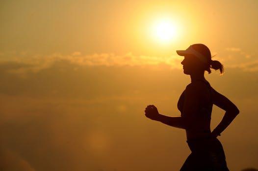 Trött på tjocka vinterkläder? Byt ut snöslasket mot solsken via en välförtjänt träningsresa.
