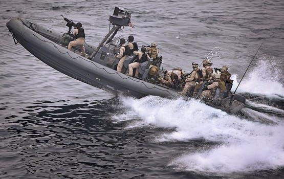 Byt gymmaskinerna mot en tungt lastat ryggsäck - åtminstone om du vill nå samma resultat som en äkta Navy Seal.
