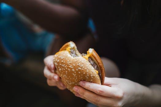 Visst, måttliga mängder skräpmat är ingen hälsomässig katastrof. Men välj klokt, här är de tre största kaloribovarna!