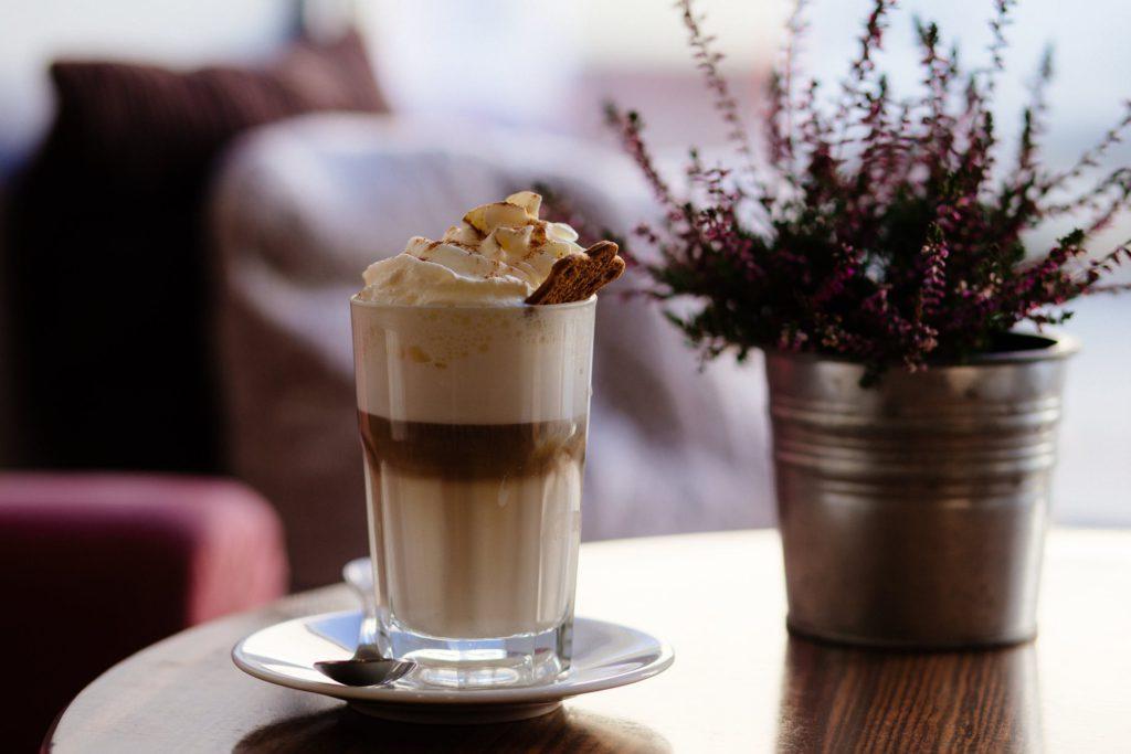 Rykande het frappuccino är kanske inte exakt vad som ploppar upp i huvudet då vi hör ordet mellanmål. Men visste du att fikastunden kan innehålla upp till 700 extra kalorier?