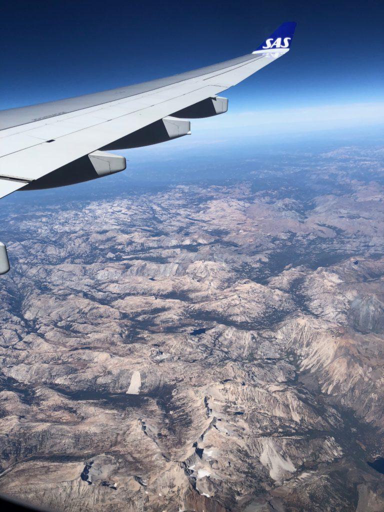 Ungefär här, på 10.000 meters höjd, bestämde sig min käre vapendragare och främsta arbetsredskap att tacka för sig. Dålig timing i ett nötskal!