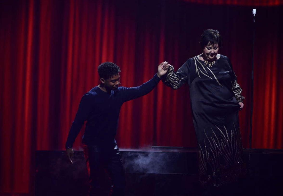 John Lundvik hjälper Babben Larsson av scenen