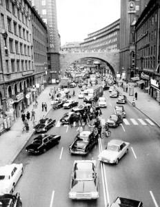 Högertrafikomläggning. Bilar byter sida på Kungsgatan i Stockholm september 1967.